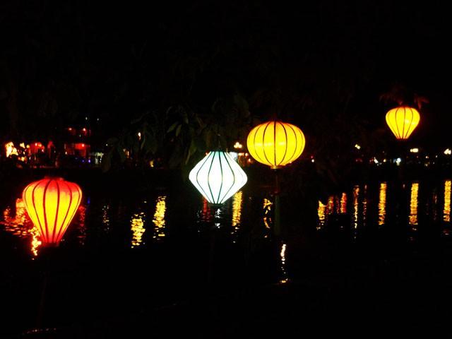 Thả đèn trên sông Hoài