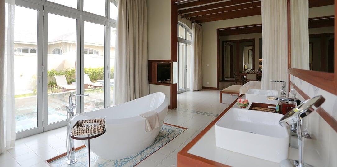 phòng tắm pool villa
