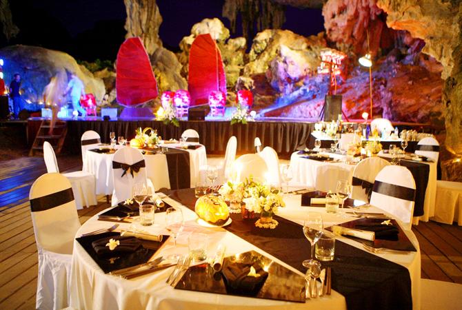 ăn tối trong hang động tại hạ long